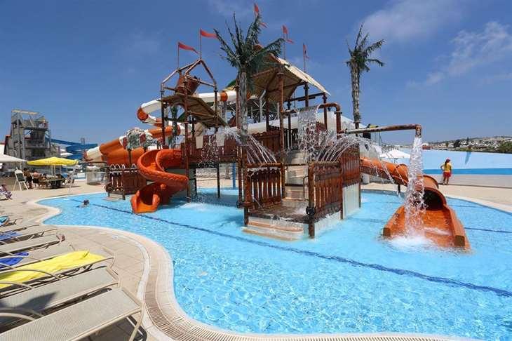 Отели с аквапарком в разных городах Кипра