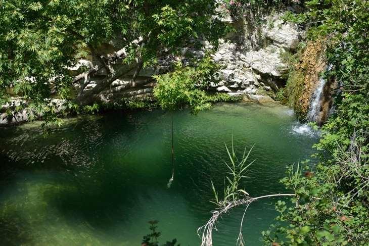 природная ванна с чистой водой