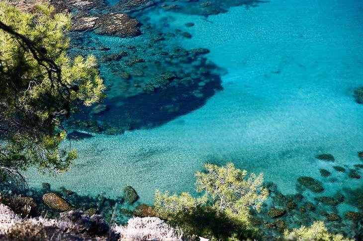 морская вода идеального голубого цвета