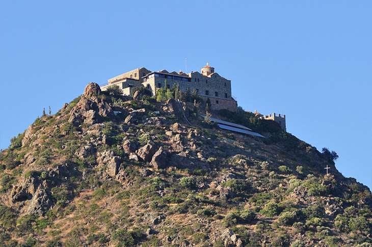 Дорога к монастырю на вершине горы