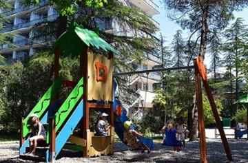 отель с детской площадкой