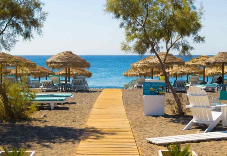 песок на пляже Санторини