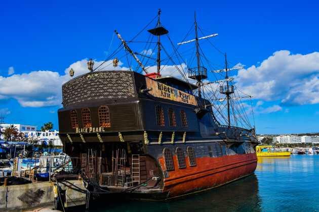 корабль на пристани